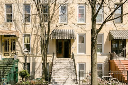 Vibrant 2 bedroom apt in Taylor St. - Chicago - Apartment