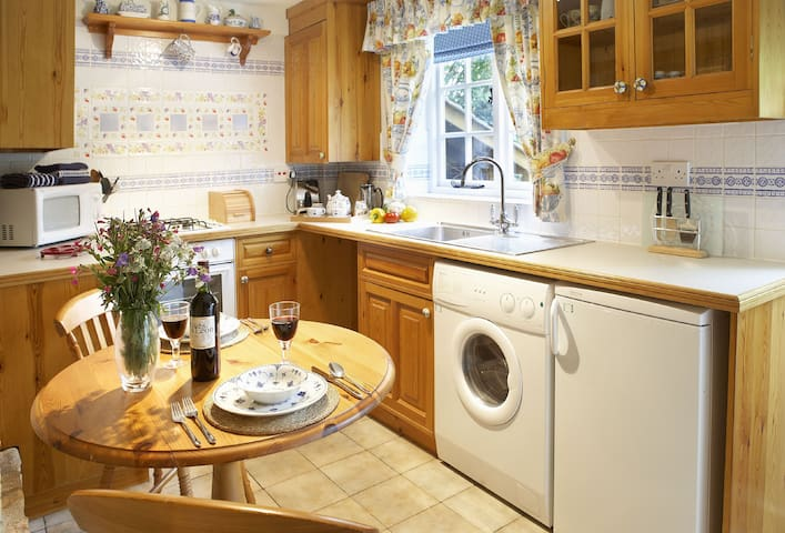 Ground floor: Kitchen with dining table
