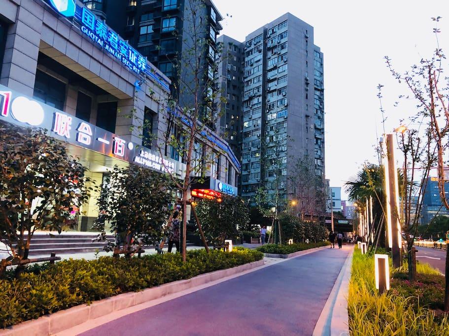 """步行至黄浦江畔的""""星光大道"""",房子的外立面"""