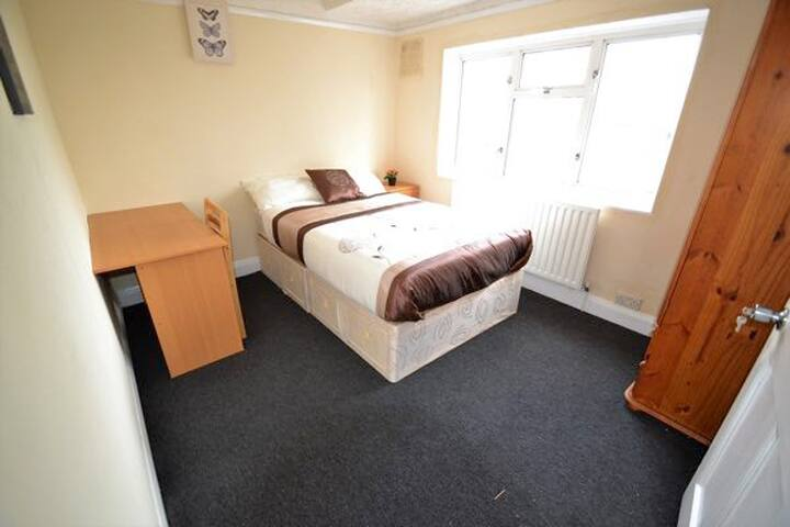 Double Room 5 min from East Acton Station (E)