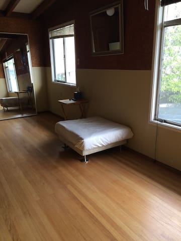 Bare, 1br great location! temporarily no blankets!