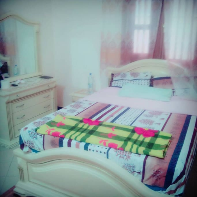 Private bedroom with bathroom and shower.   Chambre du lit privée avec salle de bains.