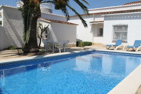 004 Noguera Villa with moorage and pool - Empuriabrava