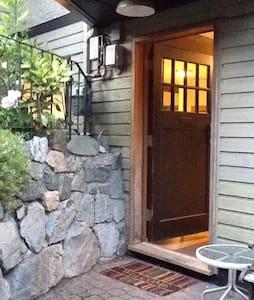 Full 1 bedroom suite plus bed-den! - North Vancouver - Huoneisto