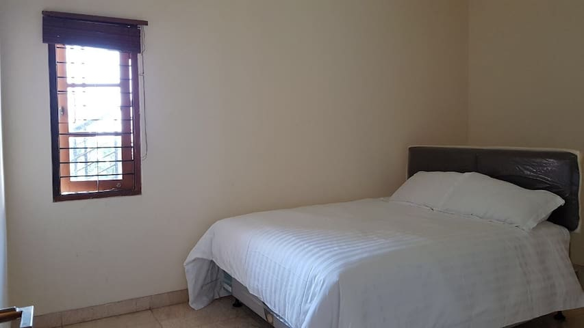 A bright airy room in Resor Dago Pakar bedroom 4