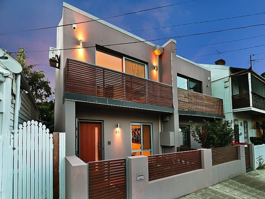 Modern house on quiet Street in family  friendly area with cool shops, bars and places to eat close by.