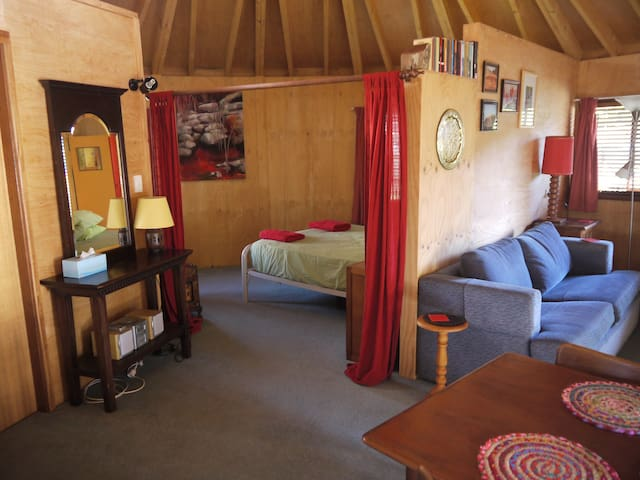 Cute and romantic timber yurt - Denhams Beach - Hus