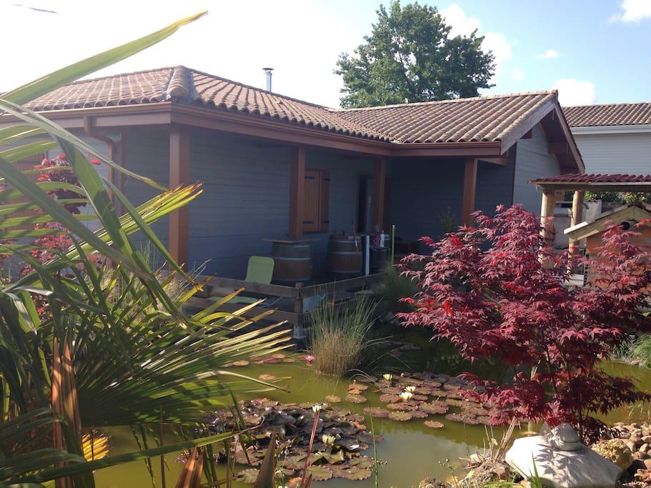 La maison et le jardin avec le bassin et photo extérieure de la chambre louée donnant sur la terrasse .
