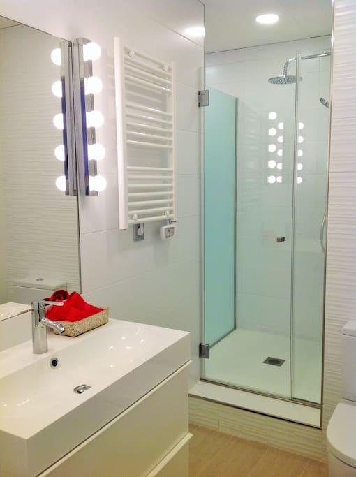 Baño principal en dormitorio principal G&V