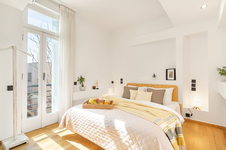 Sun-splashed bedroom with quality Queen-bed. Beautiful rattan headboard and ensuite shower and wc.