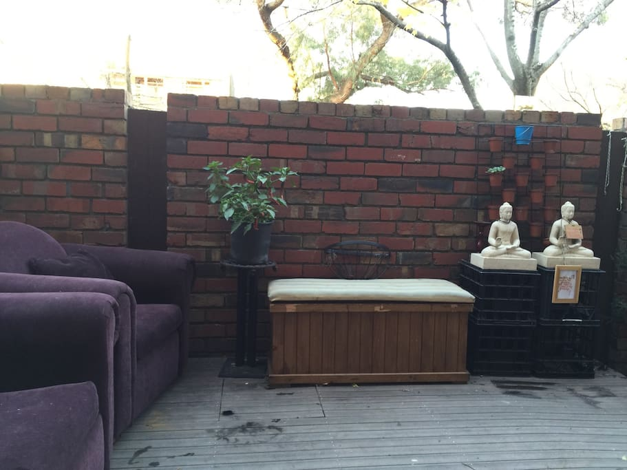 Spacious and hippie courtyard with your own fresh chillies! Got a surfboard? My place is actions ports friendly.
