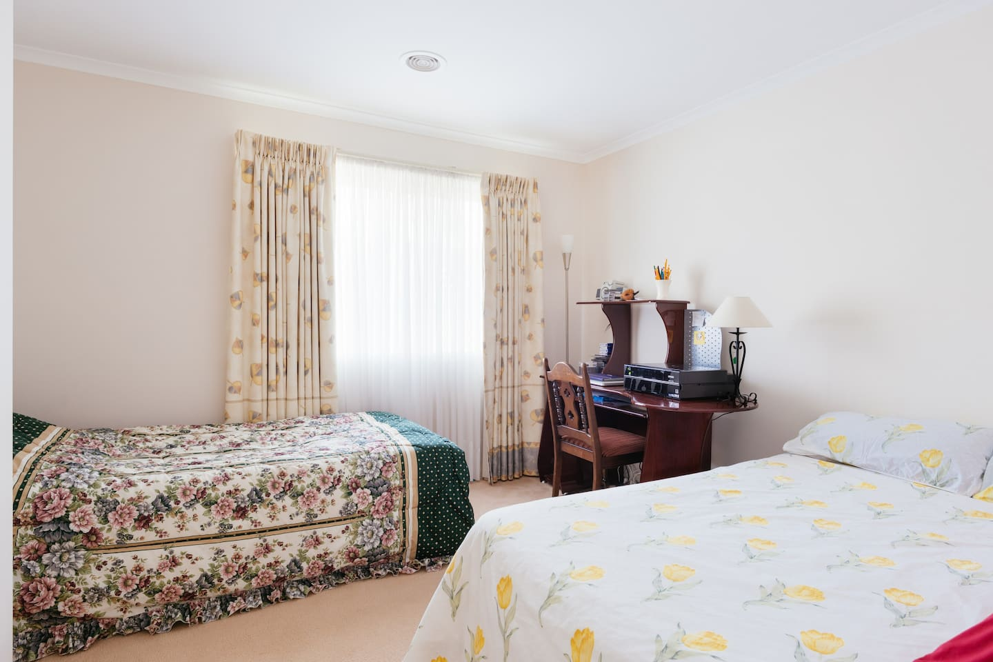 The room is spacious enough to add a single bed if needed to accomodate 3people as is on the photo .