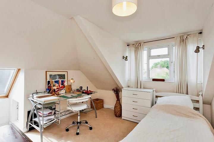 Beautiful, bright loft conversion! - Hounslow