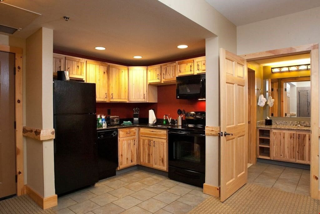 Prepare delicious homemade meals in the wood-furnished fitted kitchenette