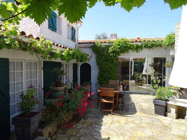 ETRILLE  une maison de charme à La Couarde