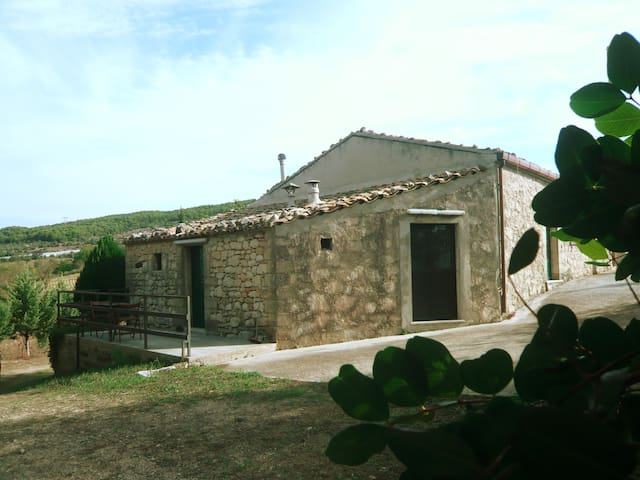 Former Farmhouse on a Hill - Chiaramonte Gulfi - House