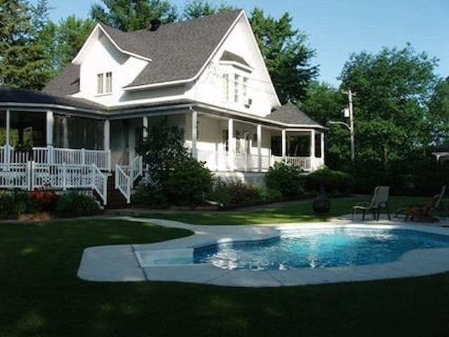 BEAUTIFUL country house near Montreal !