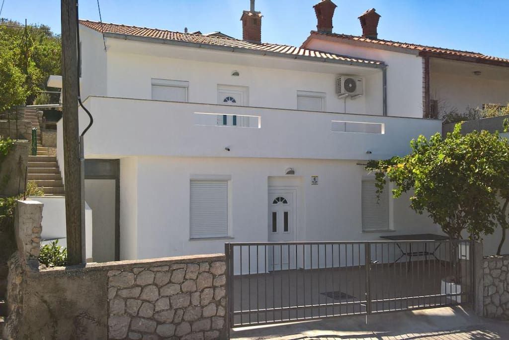 Maestral Holiday Home Ground floor and first floor are connected by an outside staircase