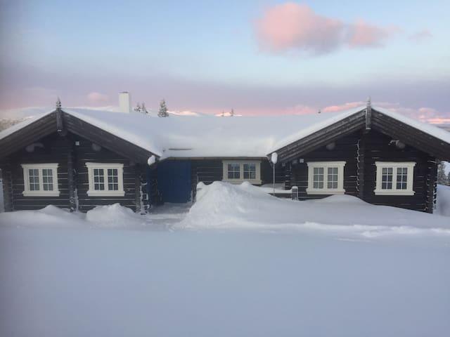 NY TØMMERHYTTE MED DRØMMEUTSIKT PÅ GÅLÅ