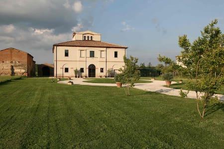 Ancient Villa in Tuscany heart - มอนเต้ปูลชาโน่