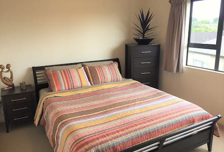 Quiet, sunny guest room within 10 kms of the CBD - Auckland - Haus