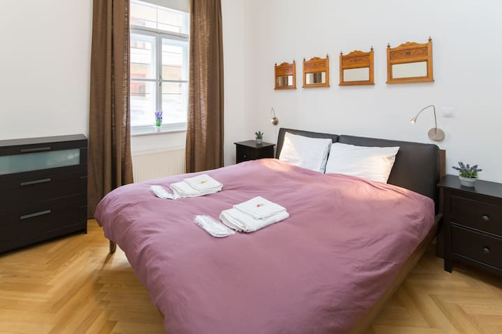 Bright Room + ENSUITE Bathroom, Praha 2
