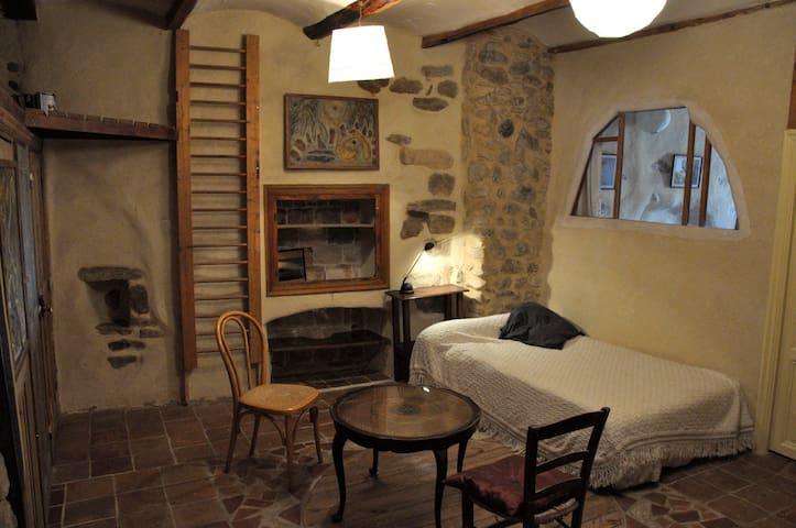 belle chambre dans maison d'artiste - Allègre-les-Fumades - Hus