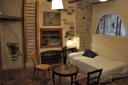 belle chambre dans maison d'artiste - Allègre-les-Fumades - Дом