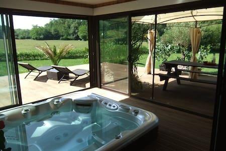 LODGE de Vacances  avec Jacuzzi 10 couchages - House