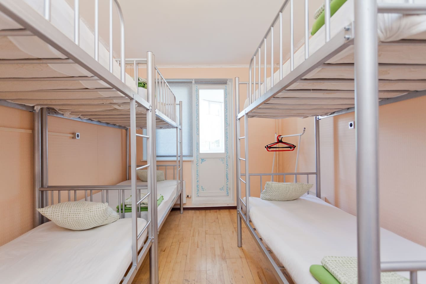 Beds in shared room, for GUYS, 6ppl