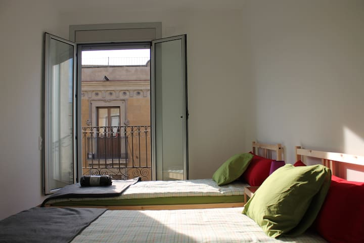 Bright Double Room in the center of BCN for 2