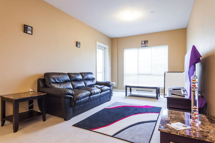 Sub-Penthouse Fully Private Condo, Parking & MORE!