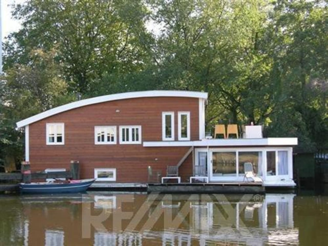 the big modern boat with two terraces and garden but close to a roundabout so city/traffic sounds are included!