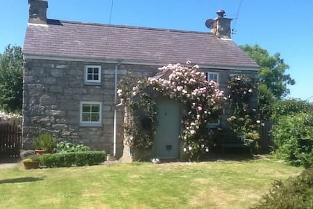 Comfortable 19th C farmhouse - Penmon - Bed & Breakfast
