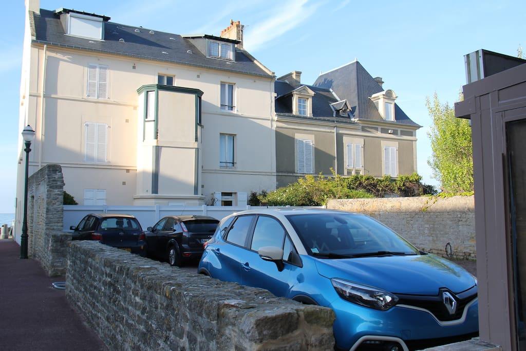 Place de parking privée (emplacement Renault captur bleu)