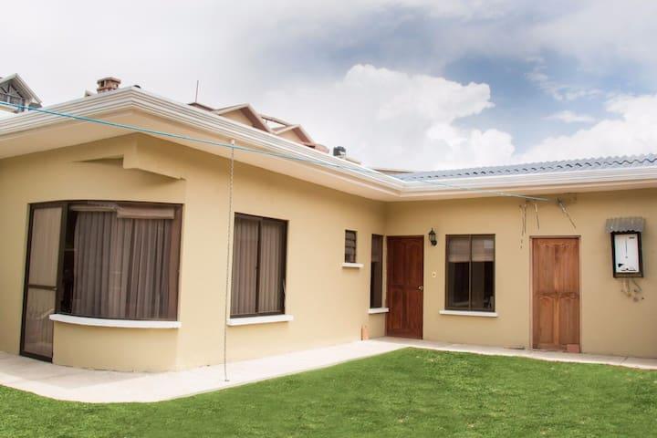 Comfortable sunny house in la paz casas en alquiler en for Casas minimalistas la paz bolivia