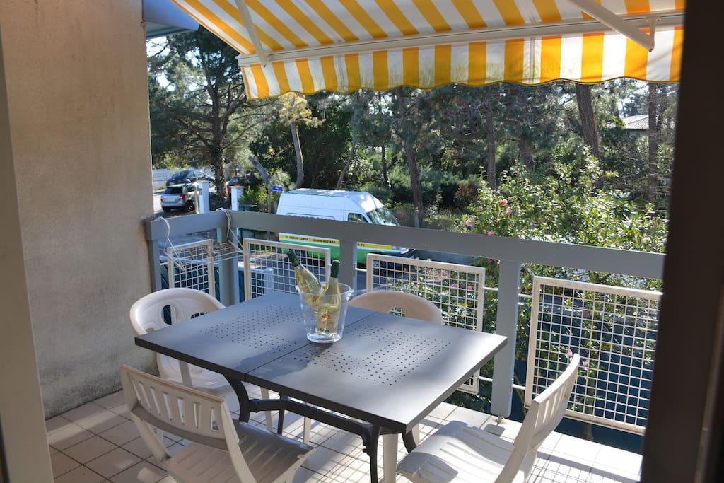 Balcon avec banne électrique pour se protéger du soleil