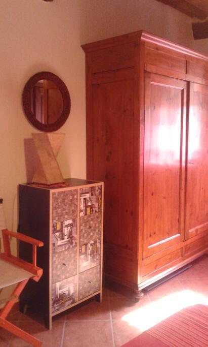 La camera: Armadio e cassettiera.