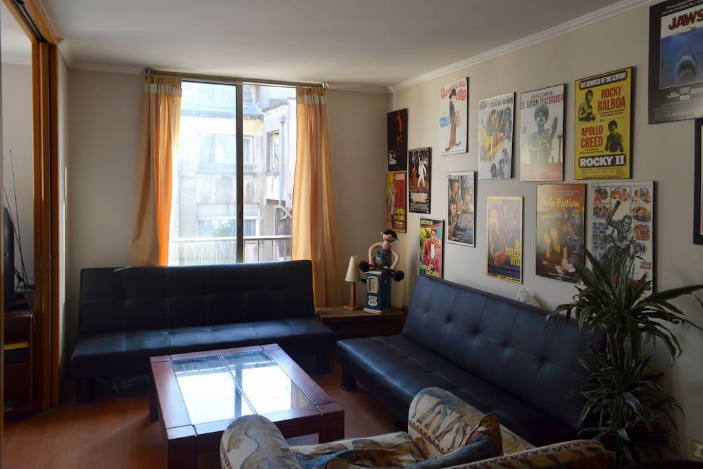 Living con tres sillones y mesa de centro.