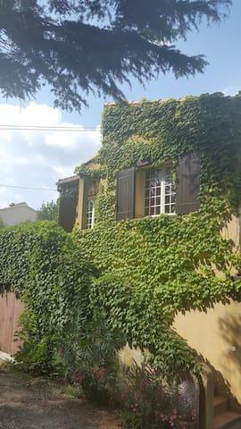 1er étage indépendant d'une maison - Villeneuve-lès-Avignon - Appartement
