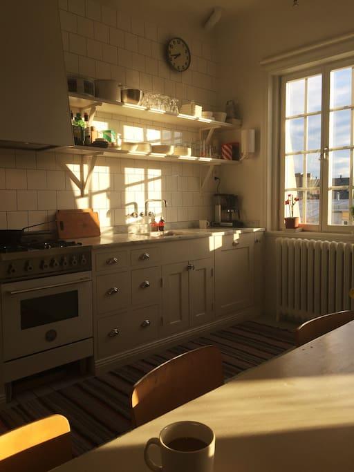 Rymligt kök med kvällssol.