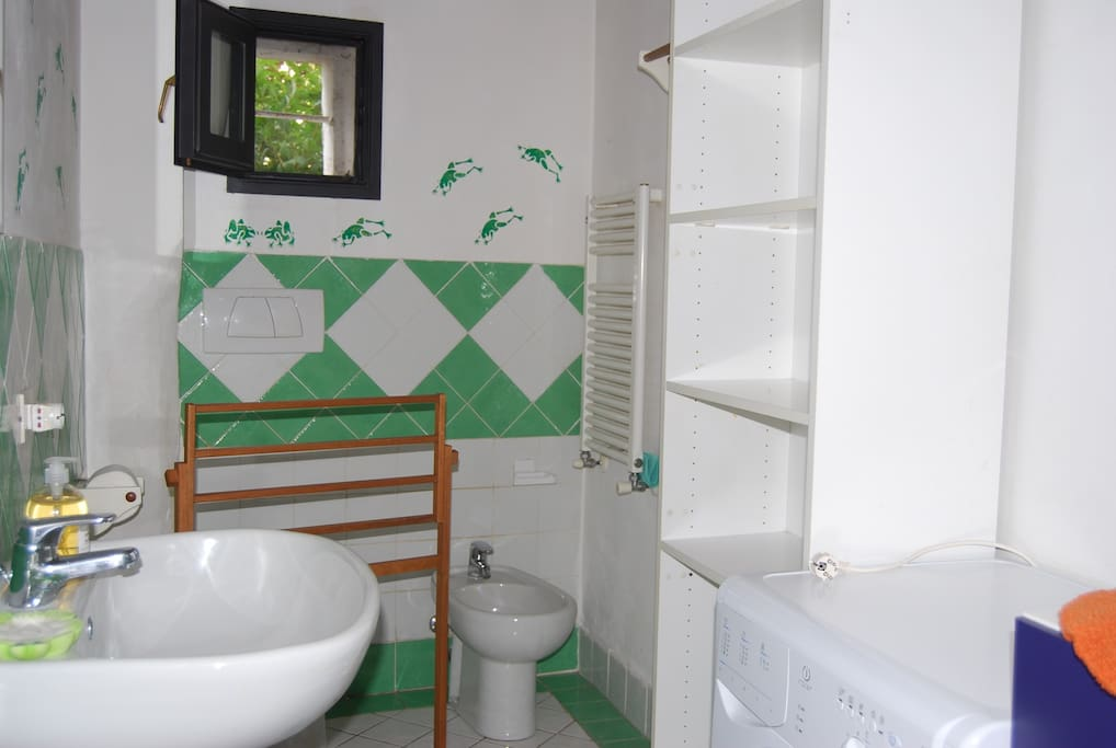 Bagno principale - First Bathroom
