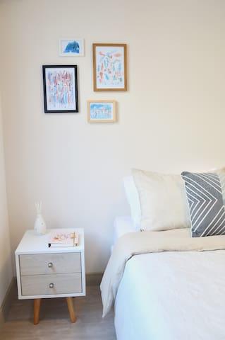 El dormitorio cuenta con una cama queen size muy cómoda con almohadas y edredón de plumas, Smart TV, cortinas blackout y un walking closet donde podrás acomodar tu ropa y guardar tus maletas sin problema.
