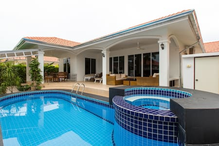 Attractive property with a private pool and jacuzzi on soi 94 just 2-3 km from the town, Market Village and beach.