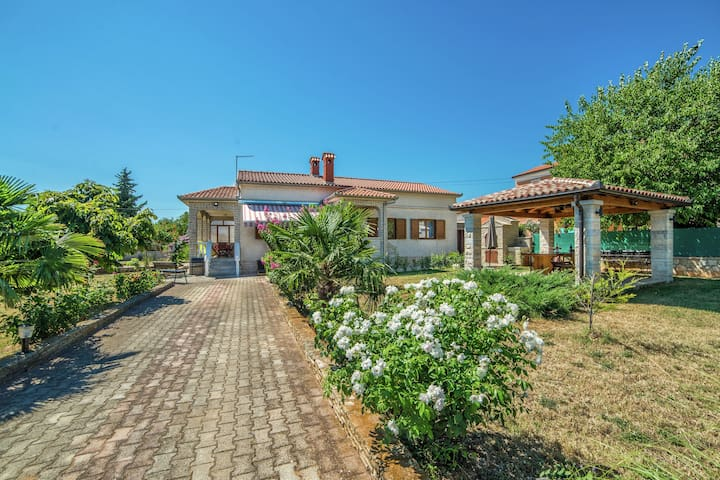Very nice and well equipped house with three bedrooms, located in Valtura near Pula, beach 10 km