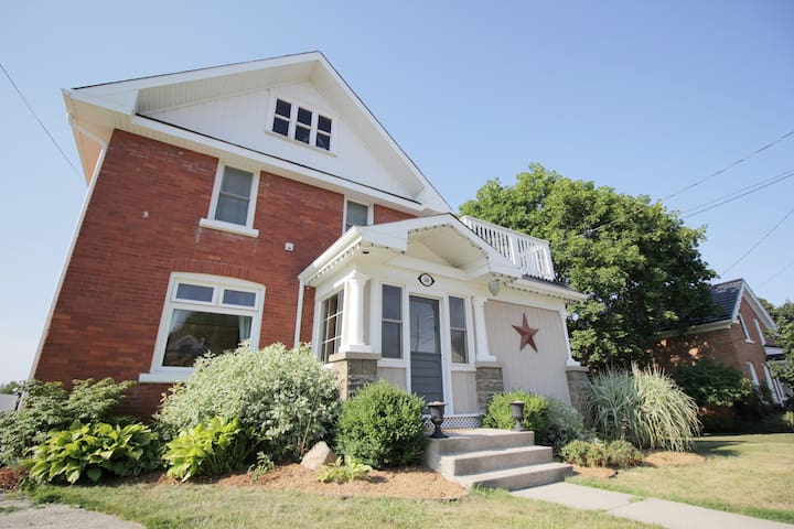 Spacious 3 Bdrm Getaway In The Heart of Meaford