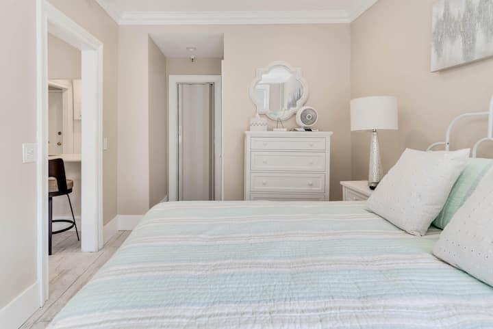 Spacious 1 bedroom suite on Palm Beach Island