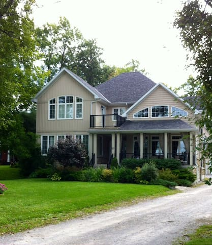 Luxurious Simcoe Lakehouse!