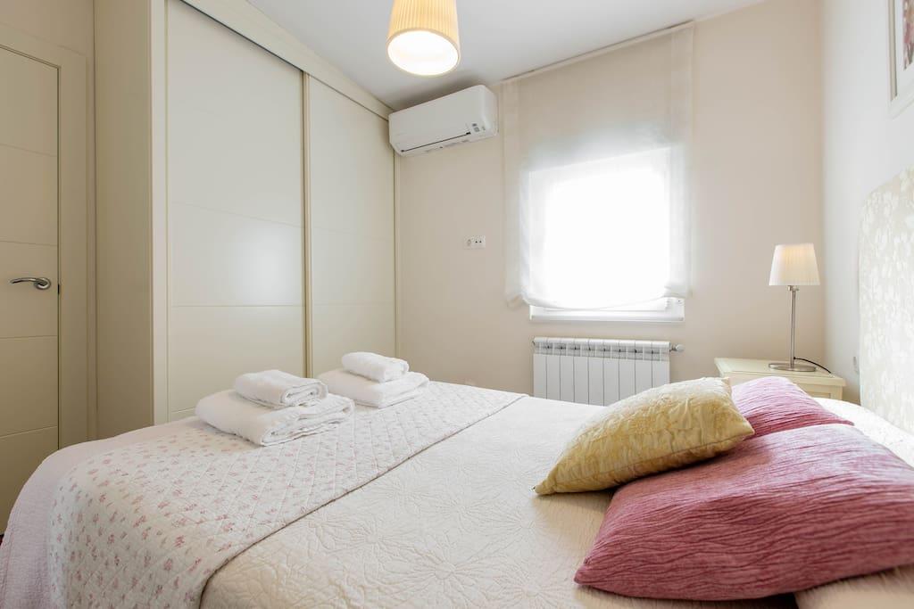 Amplio armario empotrado con perchas y baldas, y aire acondicionado * Spacious built-in wardrobe with hangers and shelves,  and air conditioning