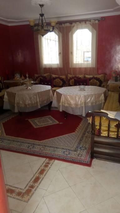 Salon marocain traditionnel pour vos repas - possibilité d'inviter des amis